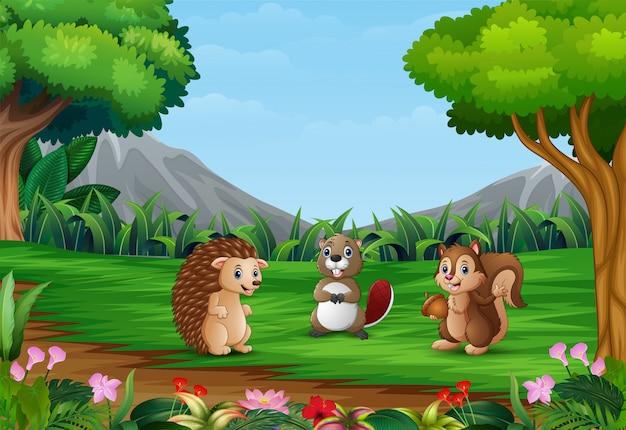 Счастливые маленькие зверушки играют в красивый пейзаж
