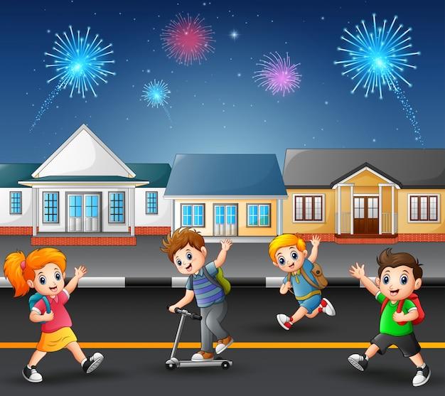 郊外の近所の通りで遊んでいる幸せな子供たち