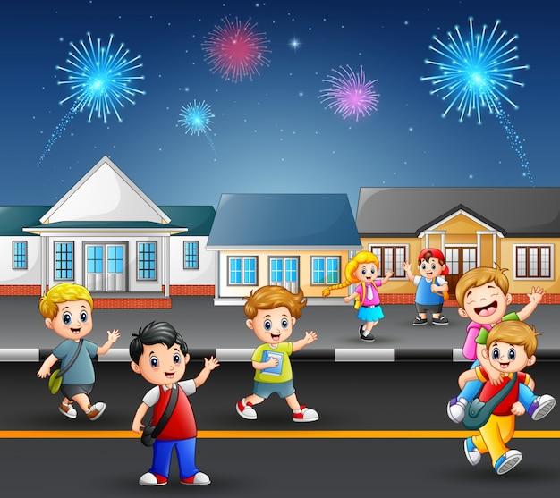 郊外の近所の通りで遊んでいる幸せな学校の子供たち