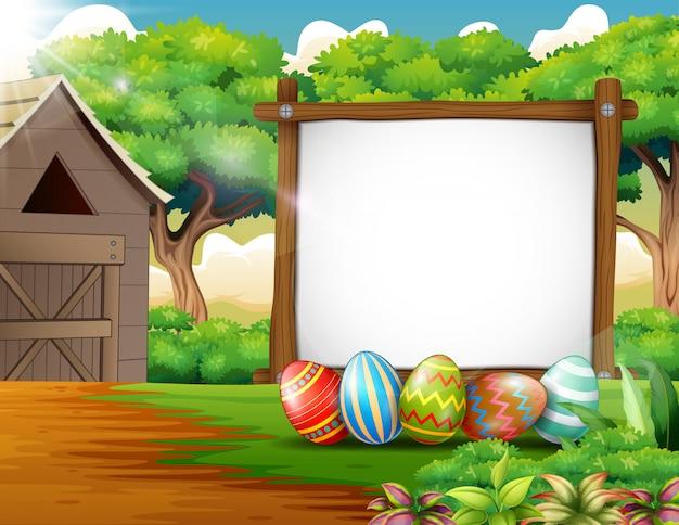 Украшенные пасхальные яйца и доска пустым знаком