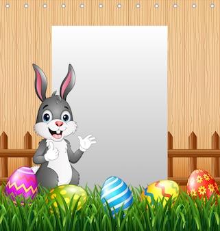 空白記号の背景を持つイースターのウサギ