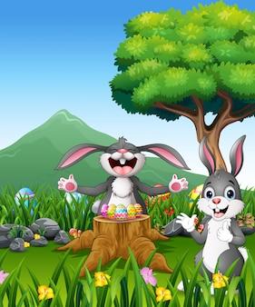 美しい庭に幸せなイースターのウサギ
