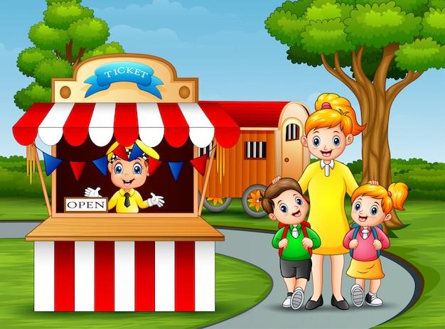 Счастливые дети и их родители веселятся в парке развлечений