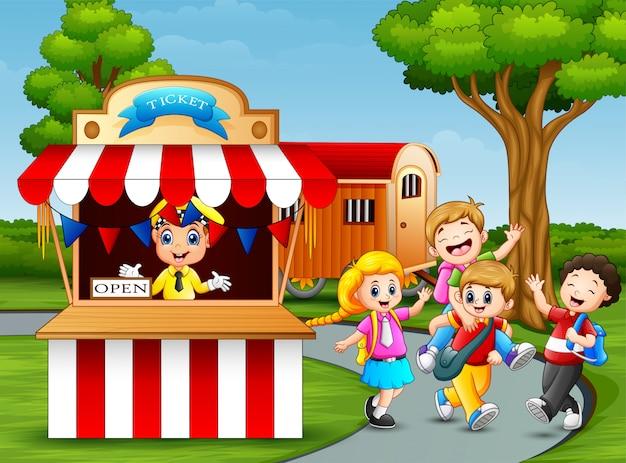 Счастливые дети веселятся в парке развлечений