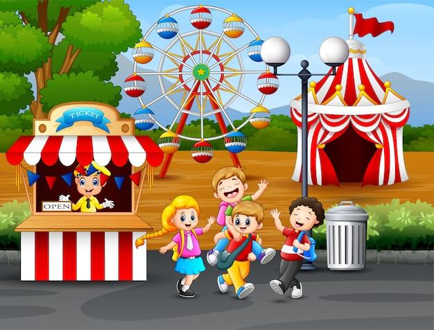 遊園地で楽しんで幸せな子供たち