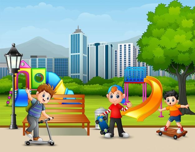 都市公園で遊ぶ漫画の子供たち