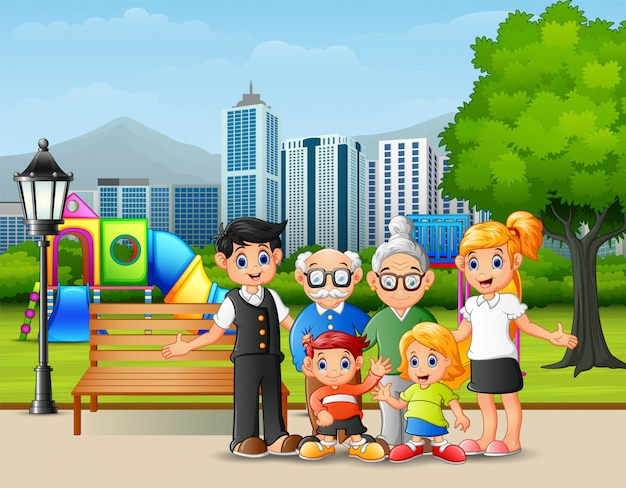Счастливые члены семьи в городском парке