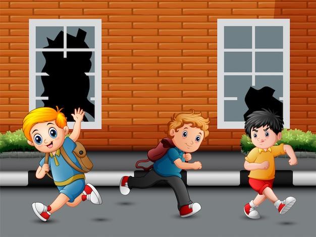 幸せな子供たちを実行していると道路上で笑って