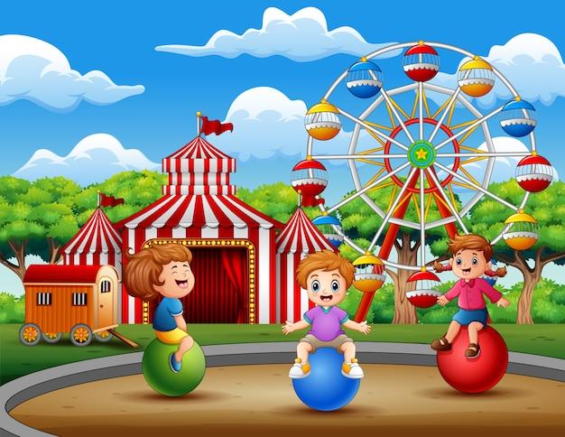 遊園地で遊んでいる幸せな子供たち