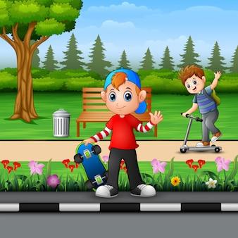 公園で遊んでいる幸せな子供たち