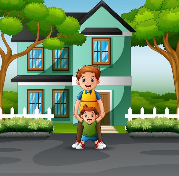 Счастливый отец и сыновья перед домом
