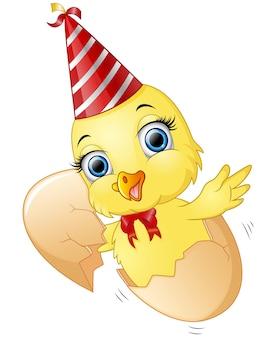 誕生日を祝う内にかわいい雛とひび割れた卵
