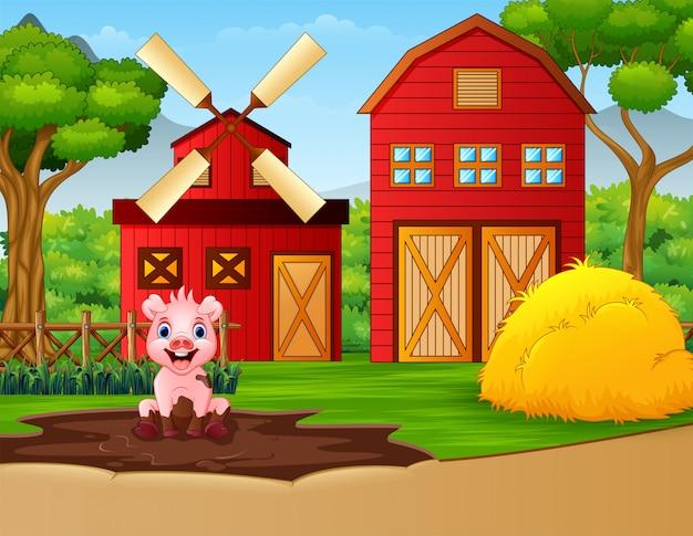 Смешная свинья играет в грязную лужу на ферме