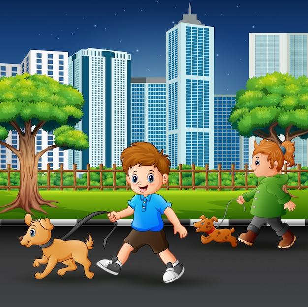 幸せな子供たちが動物のペットと一緒に街の道を歩いて