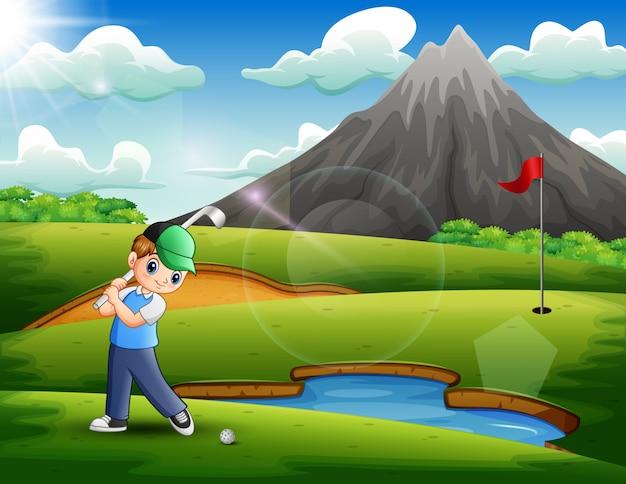 美しい自然の中でゴルフをしている少年