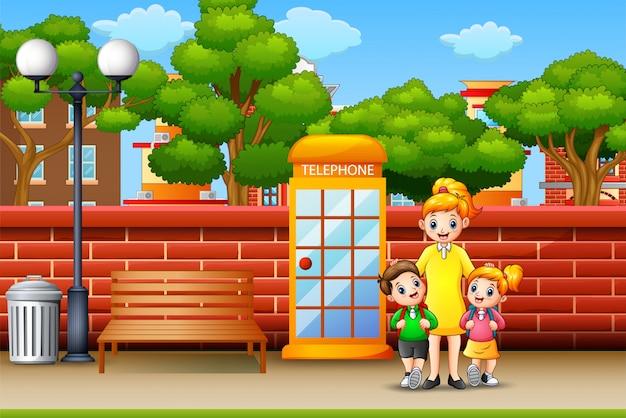 歩道の上に立って幸せな家族