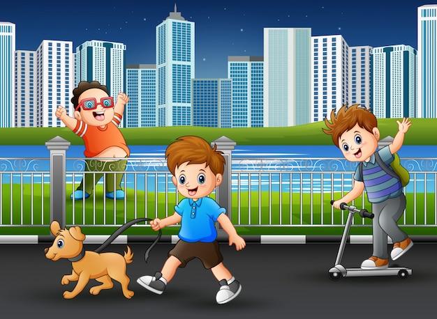 幸せな男の子が公園の道で遊んで