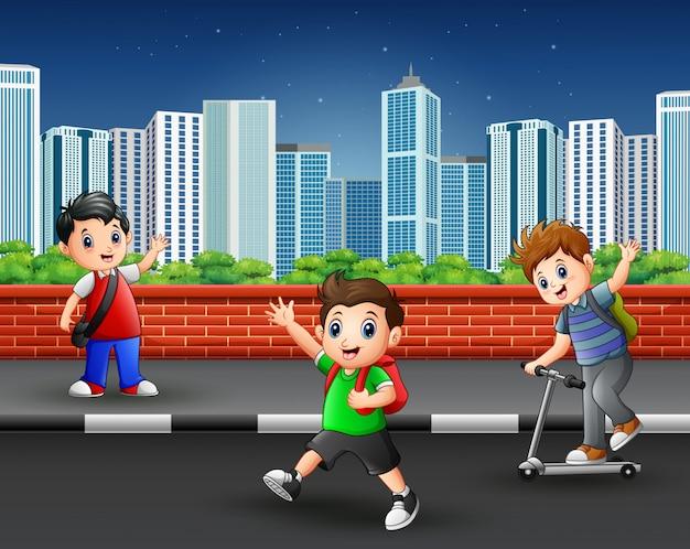 都市の風景と歩道の子供たち