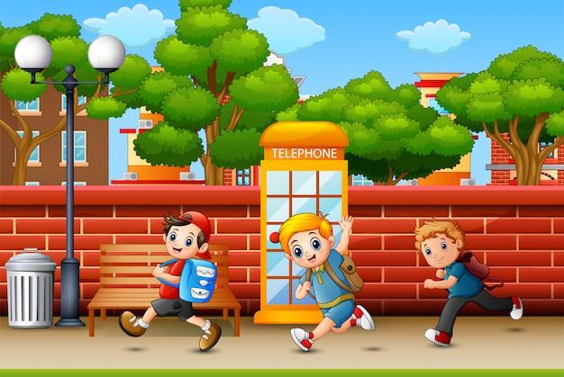 Счастливые дети бегут по тротуару