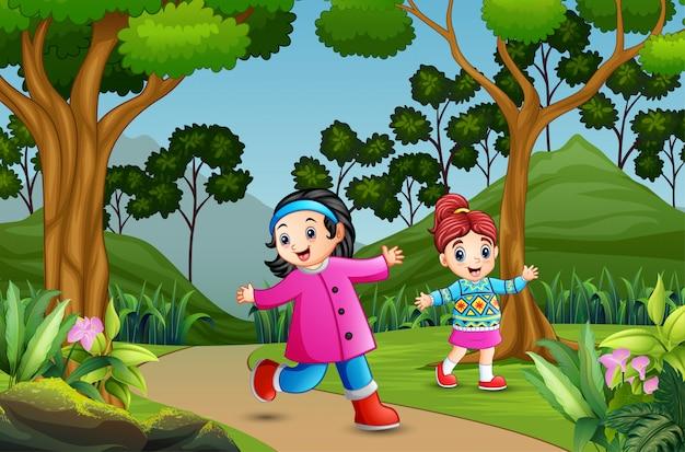 Счастливые девушки гуляют по лесной тропинке
