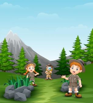 美しい風景の中の幸せな探検家の子供たち