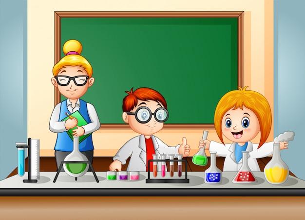 生徒と先生が化学実験をしています