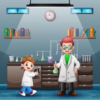 フラスコを持って研究を行う若い科学者