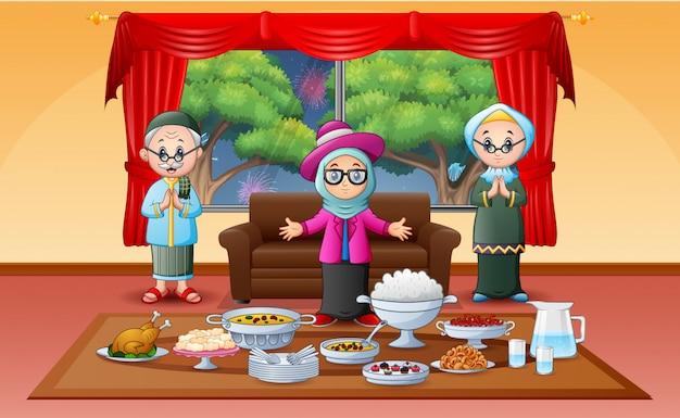Мусульманская семья празднует ид на вечеринке ифтар