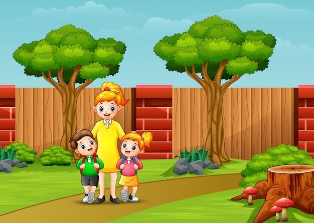 幸せな母親と都市公園における子供たち
