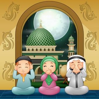 Мусульманская семья молится и желает в мечети
