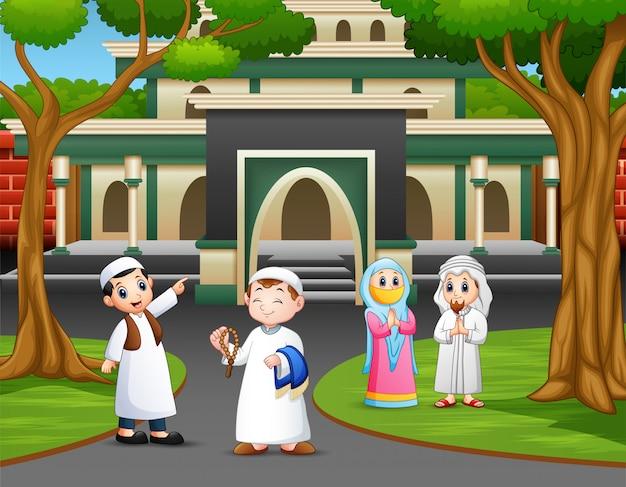 モスクへの道の漫画イスラム教徒の人々