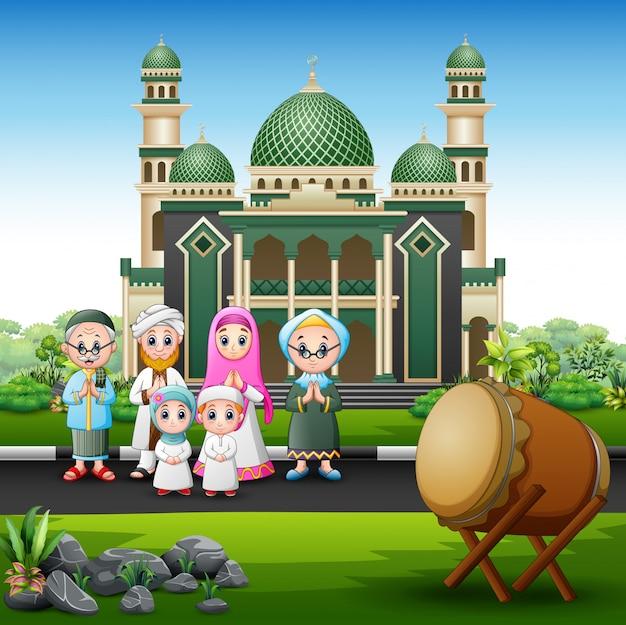 モスクの前にイスラム教徒の大家族