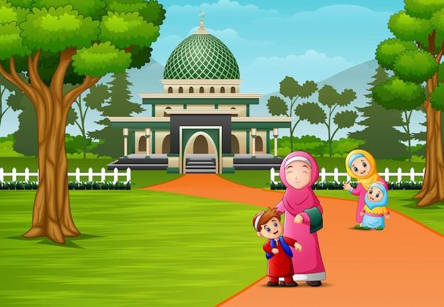 モスクの前でポーズをとって幸せなイスラム教徒の人々