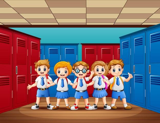 ロッカールームに立っている幸せな学生