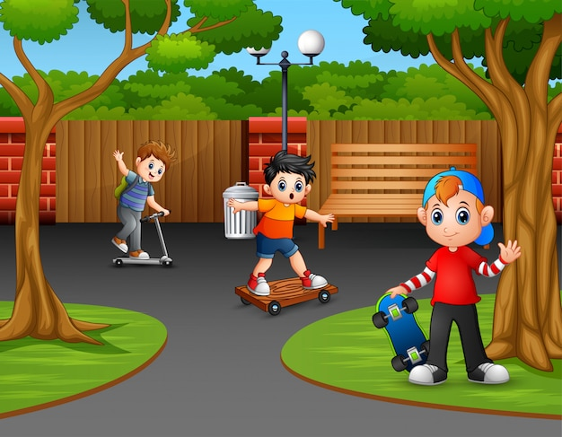 公園の街で遊んでいる幸せな男の子