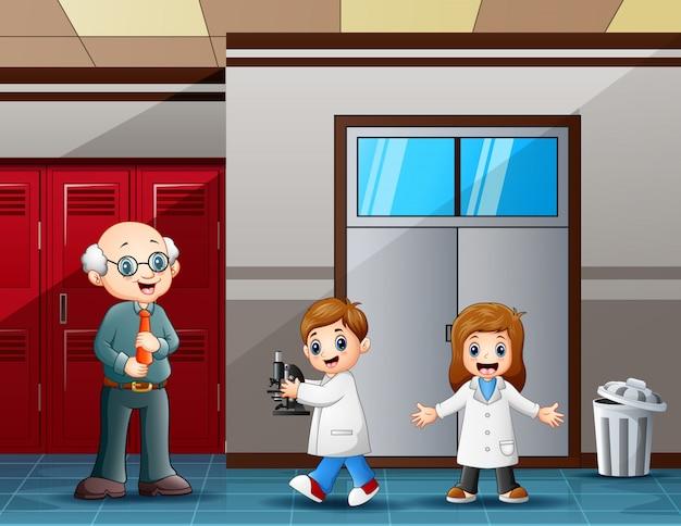 実験室の前の先生と生徒