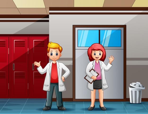 クラスの前に白いラボを着ている大学生