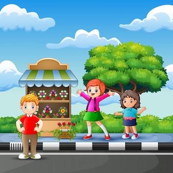 フラワーショップの前で幸せな子供たち