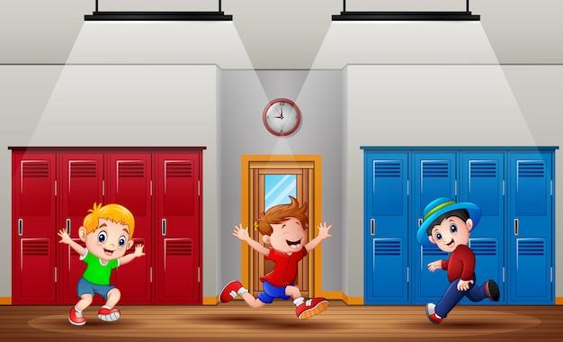 学校の廊下で走っている幸せな少年