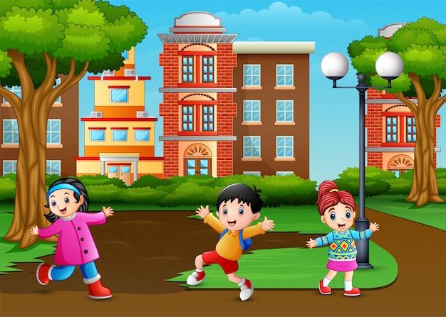 都市公園で楽しんでいる漫画の子供たち
