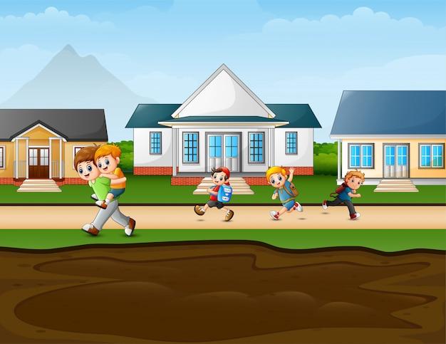 田舎道を走っている幸せな子供たち
