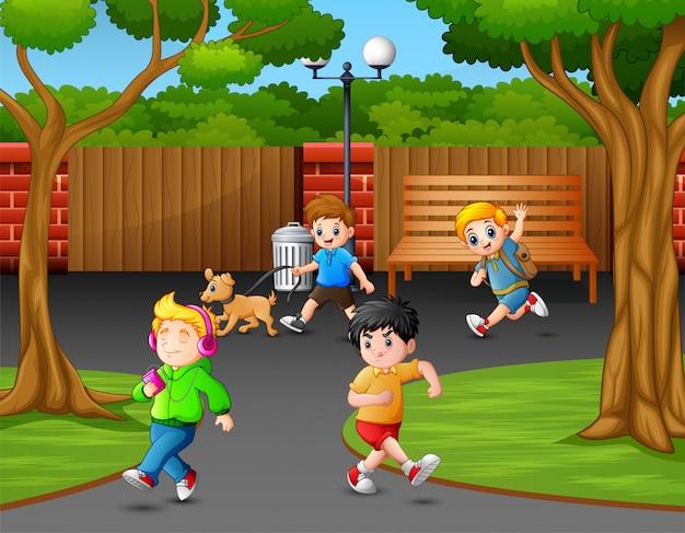 Счастливые дети играют в парке города