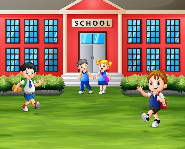 校舎の前でバックパックをしている学生