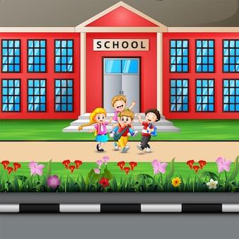 幸せな子供たちが学校に通う