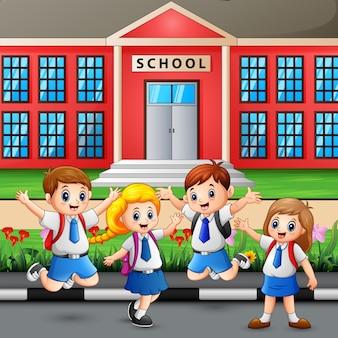 幸せな学生が学校に通う