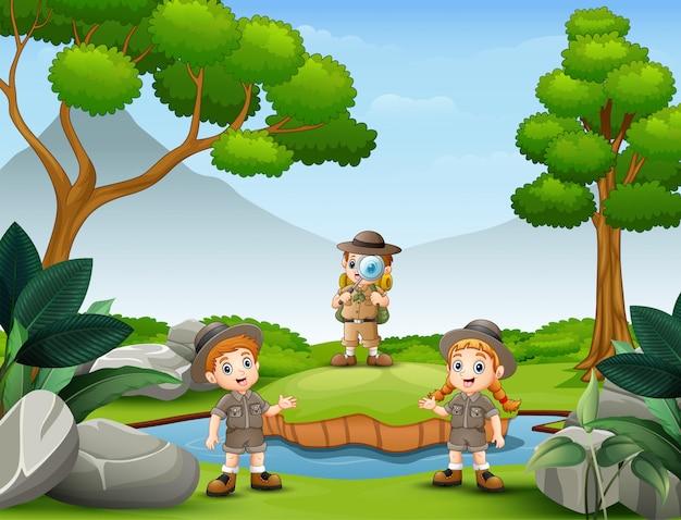 スカウトの子供たちは自然の中で探検しています