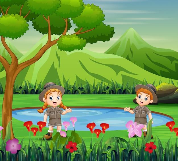 スカウトの男の子と女の子、美しい自然の中で