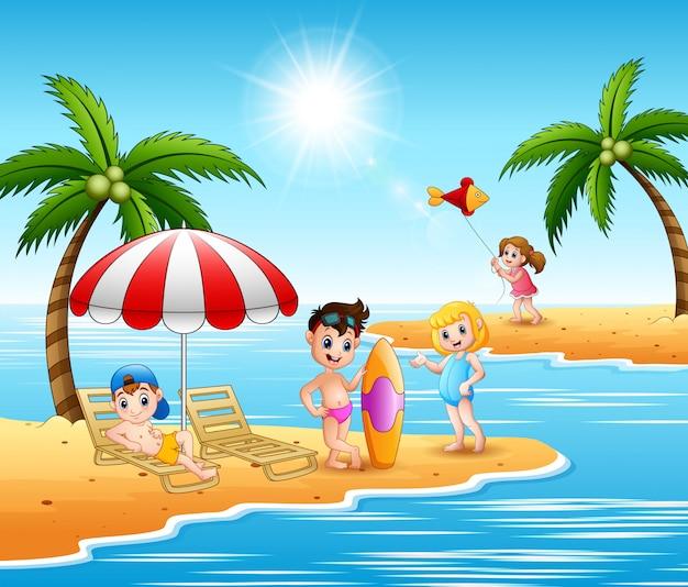 ビーチで夏休みを楽しんでいる子供たち