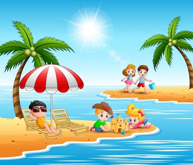 Дети играют на пляже на летних каникулах