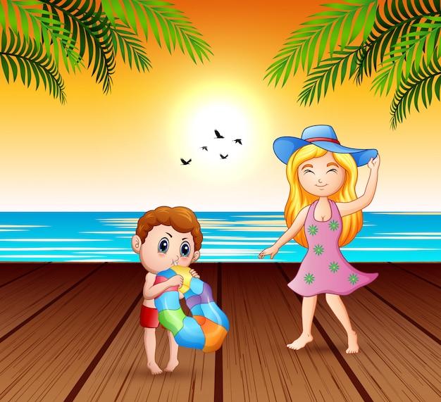 母と息子が海辺で楽しんで
